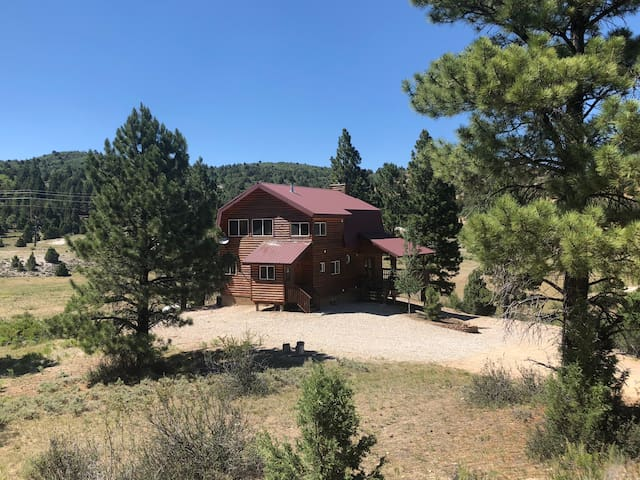 Luxury 4 BR Mountain Home- 35 min to Bryce or Zion