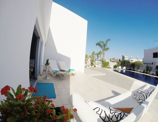 Moderne private Villa mit Luxus-Pool in Protaras