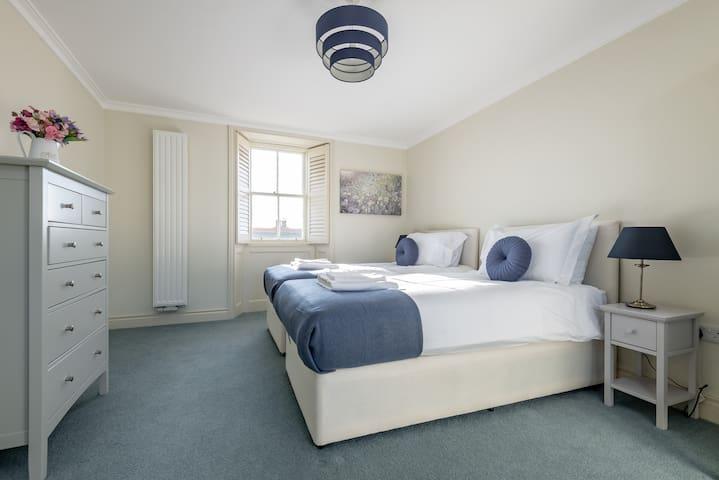 Double / Twin bedroom upstairs