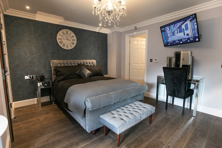 Norwich Castle. Unique serviced apartment.