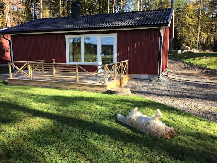 Nybyggd stuga i natursköna omgivningar