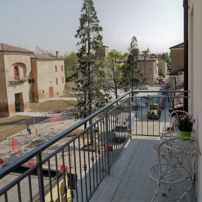 Balcony with a small table for drinks outside with views of Piazza Rangoni