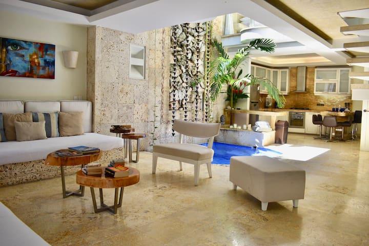 First floor: Living Room - Splash Pool - Kitchen