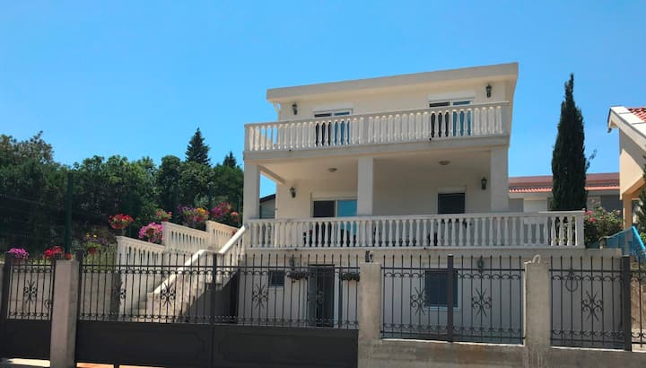 A new house, 5 bedrooms, 450 m to the beach