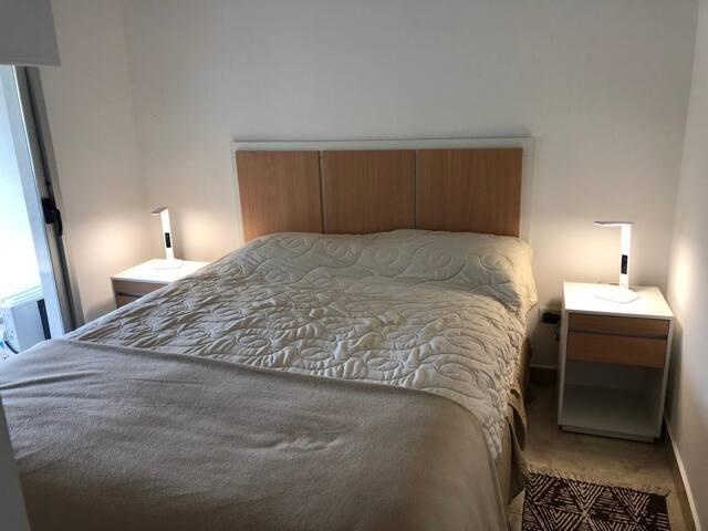 Dormitorio con salida al patio, TV y Aire Acondicionado