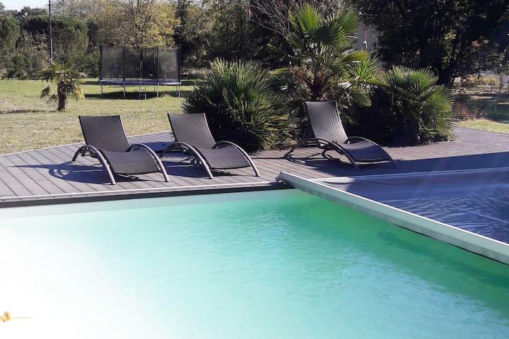 chambre privée dans villa moderne avec piscine