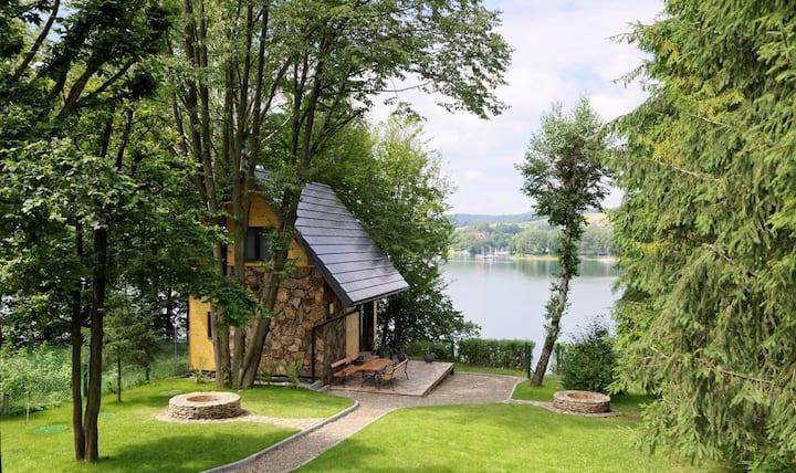 Domek z kamienia nad Jeziorem Solińskim