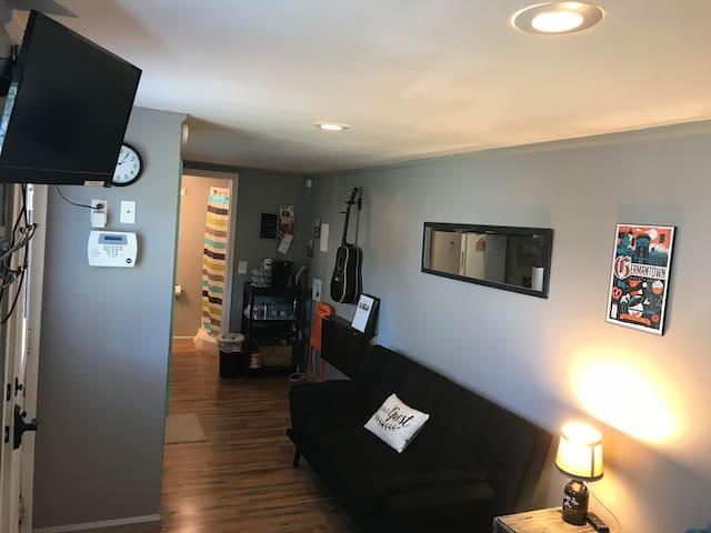 Tiny House- Cozy and Near Broadway