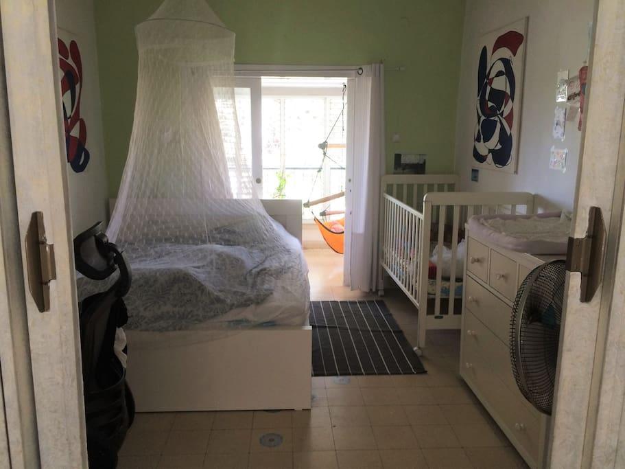 1,80 Doppelbett+Babybett, PC-Ecke, Balkon mit Haengesessel u Sessel, gruen urbane Aussicht
