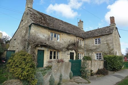 Traditional Cotswold Cottage in a stunning village - Maison