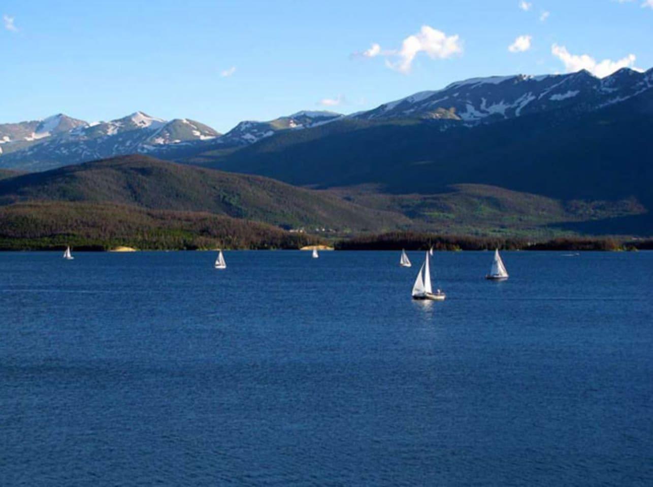 2 minute walk to the Lake Dillon!