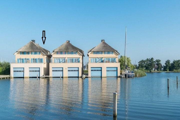 Exclusiva Casa Vacacional flotando en un Lago en Frisia