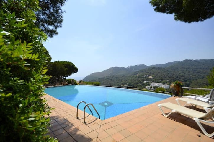 Fantastic terraced house with sea views, located in one of the most exclusive communities