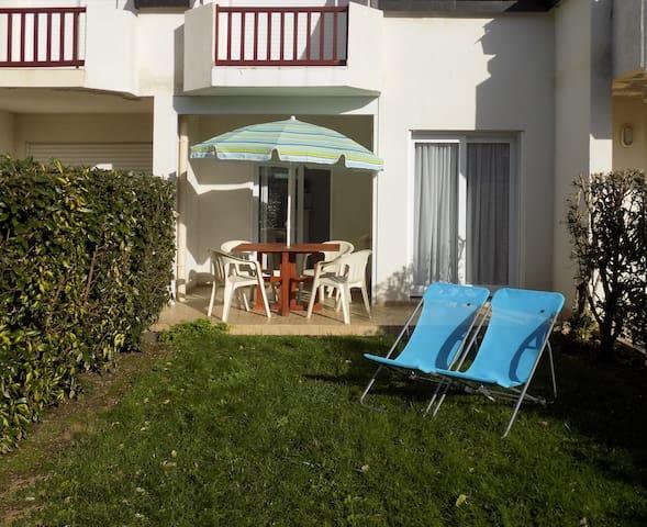 Studio et jardin dans résidence avec piscine