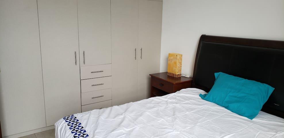 Altozano habitación con baño privado y closets