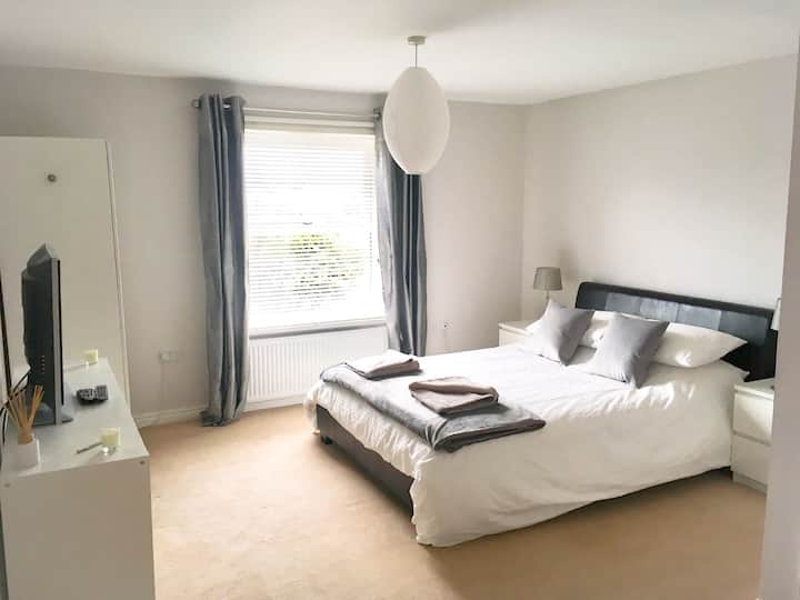 Large double bedroom with en-suite shower/wc