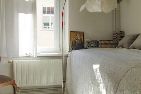 Sonniges Ruhezimmer in opulenter Künstlerwohnung