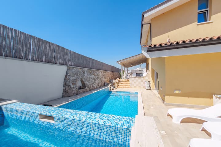Spacious, modern villa with pool - Villa del Dragone