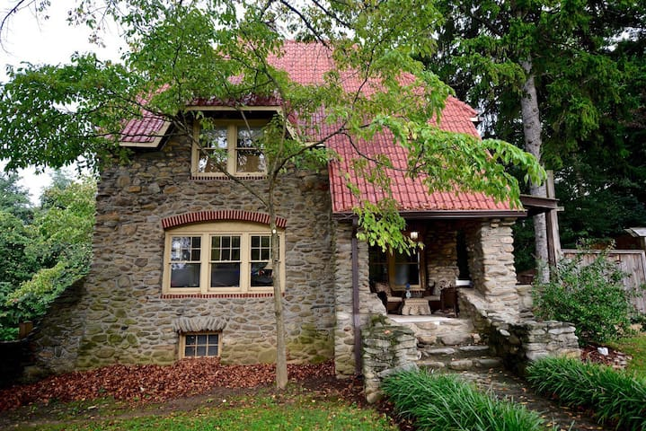 Cozy Stone Cottage - Asheville - Talo