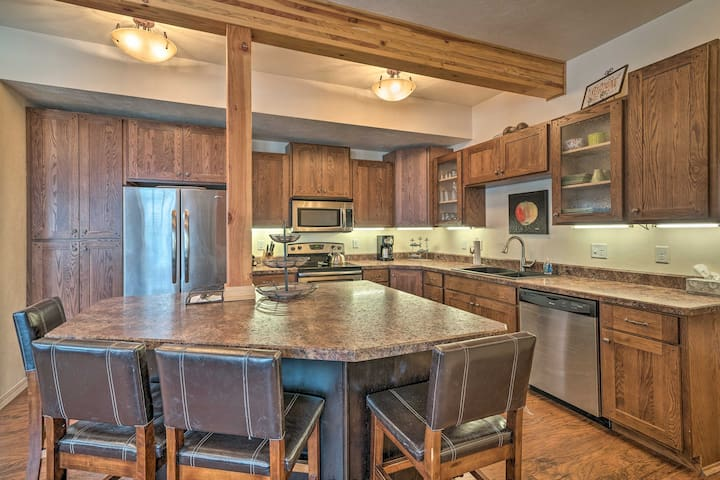 Updated Townhome w/ Hot Tub - Walk to Downtown!