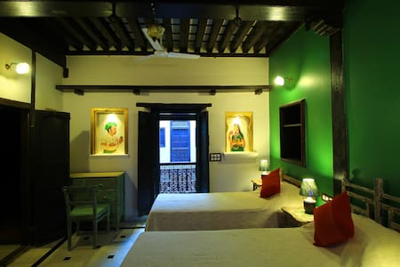 'MOTI' Compact double bed, over looking courtyard. - Ahmedabad