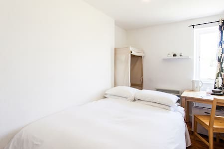 Comfortable Double Room in Clifton