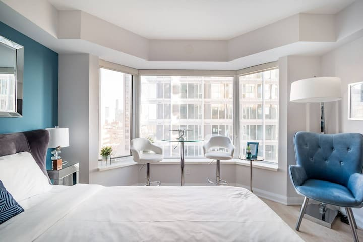 Chic Condo in Yorkville (Yonge & Bloor)