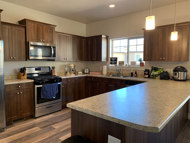 Spacious new townhouse close to BYU, UVU,  skiing