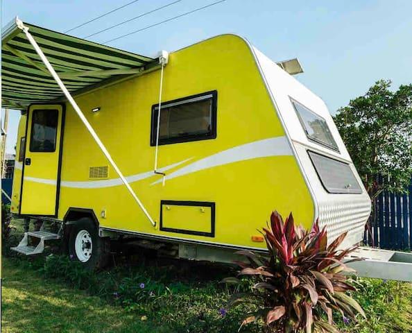 Caravan RV Pet-Friendly With Nature