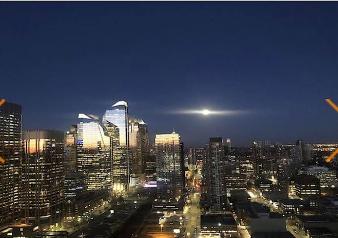 DOWNTOWN CALGARY -SUB PENTHOUSE WITH FREE PARKING!