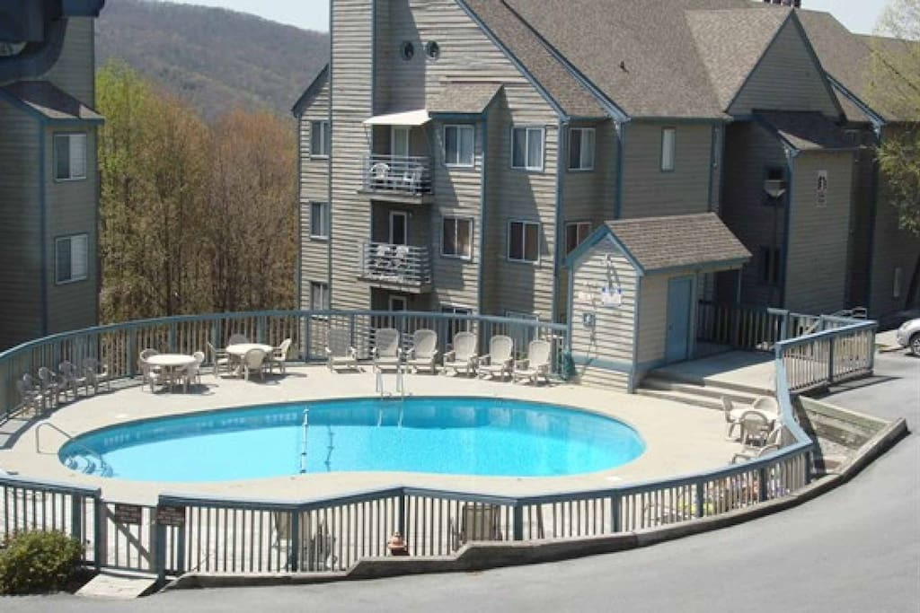 The Summit features a wonderful community pool and breathtaking mountain views!