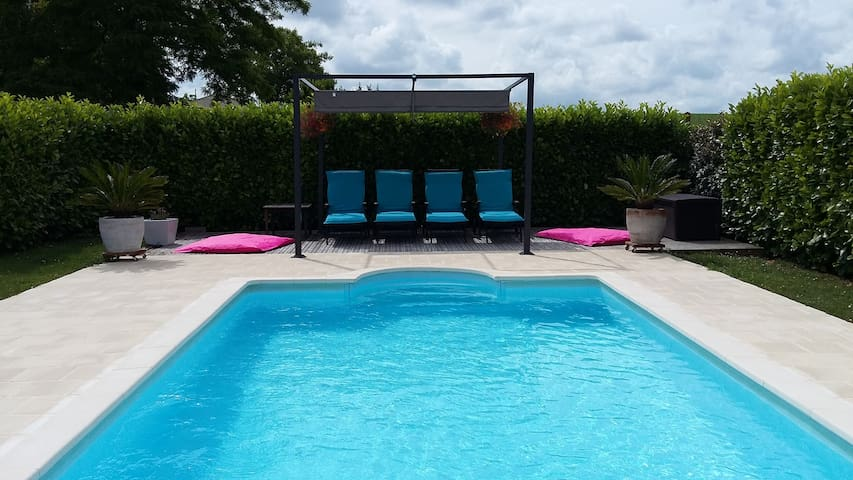 LE COTTAGE ENSOLEILLE ****with a heated pool