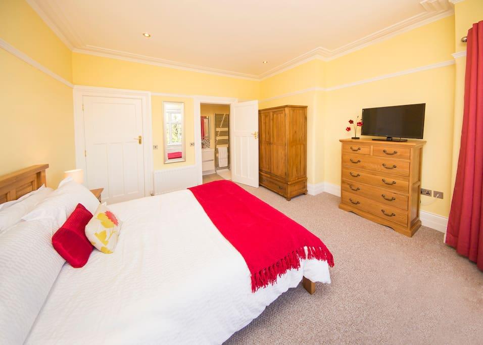 Kingsize bedroom with enusite