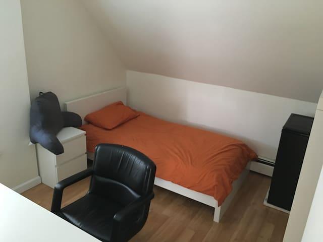 Cozy room near Harvard,MIT,Tufts 27-3b