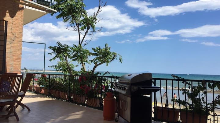 Amazing 2bd apartment with terrace on the beach