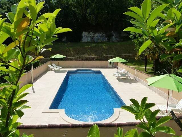 Petite maison avec piscine à Sarlat pour 2/3 pers