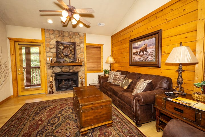 2 Bed, 2 Bath Cabin in Heart of Branson