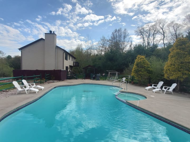 Secluded. All new. Pool.  Steam/Sauna. Hot Tub.