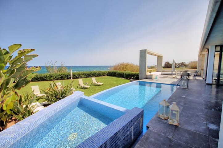 Classy Villa On the Beach, Jacuzzi Pool, sleeps 12