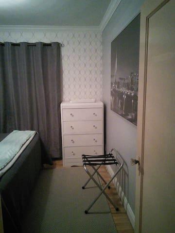 Bedroom 1 - Luggage rack
