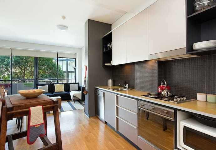***Executive Living with Pool, Gym and Parking!*** - Camperdown - Apartment