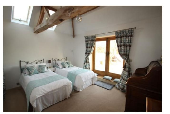 Private entrance, Barn conversion - Spacious room - Snetterton