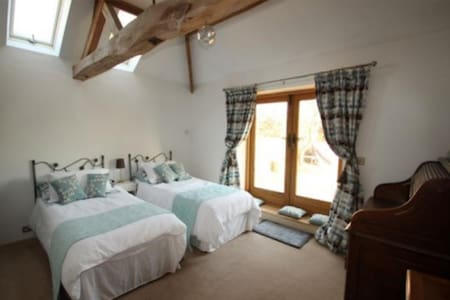 Private entrance, Barn conversion - Spacious room