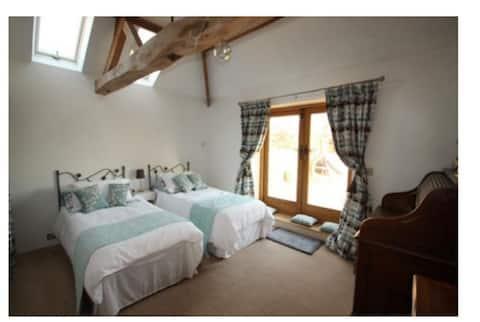 Private entrance, Barn conversion - Spacious room