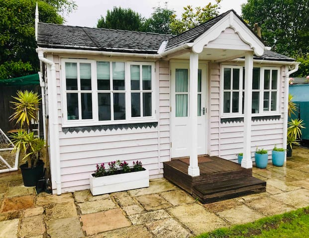 Summer house with private access and parking
