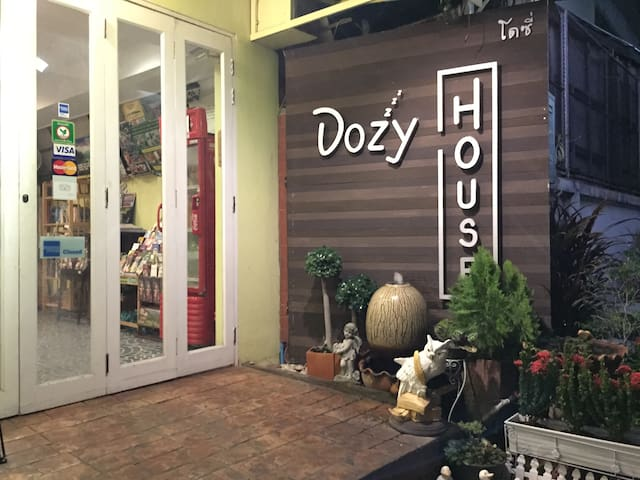 Dozy House: Triple Bed Room in Chiang Mai Old Town - Sriphum, Muang - Apartamento