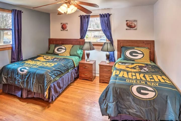 20% Off! Packers House w/Yard-4 Blocks to Lambeau!