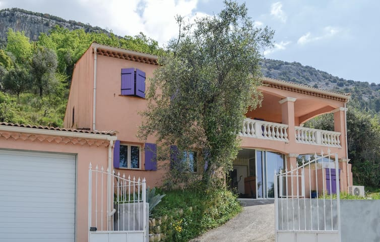 Stunning home in Tourette-Levens with Sauna, WiFi and 3 Bedrooms