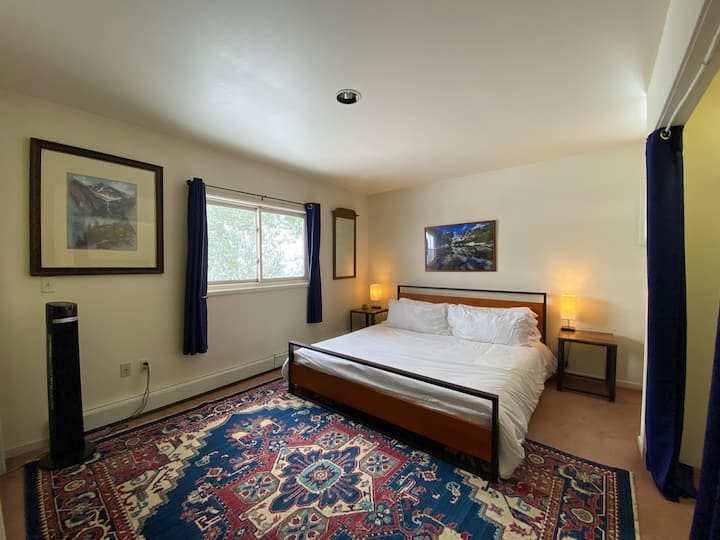 The Rocky Mountain Suite, Hot Tub, Sauna, & Gym!