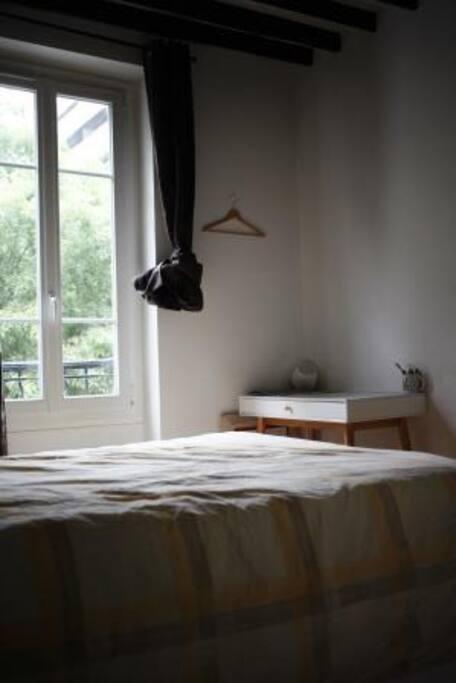 La chambre se situe au 1er étage et dispose d'une salle de bain privée.